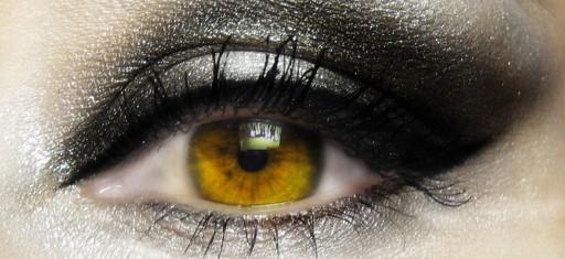 Se calcula que aproximadamente el 70% de las mujeres utiliza productos cosméticos sobre el área de los párpados, las pestañas e incluso en el borde palpebral, donde se encuentran las… Me Interesa