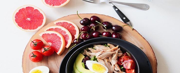 Sabemos que una buena alimentación influye en todo nuestro organismo, incluyendo los ojos, los cuales también lo notan. Está demostrado que una dieta rica en alimentos como frutas y verduras antioxidantes,… Me Interesa