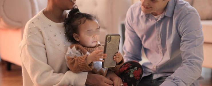Muchos menores de 1 año de edad juegan habitualmente con móviles y tabletas. Esta actitud muy extendida es un recurso común para entretenerles o para calmarles. Sin embargo, pediatras y oftalmólogos pediátricos… Me Interesa